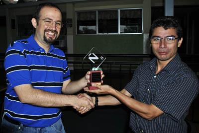 Andrés Cabezas, Subcampeón Costarricense de Scrabble 2012 al momento de recibir su trofeo.