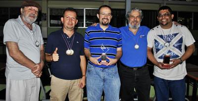 El Club de los 5. De izquierda a derecha, Freddy Ramírez, quinto lugar del TNS; José González, tercer lugar del TNS y Campeón de Scrabble Duplicado; Andrés Cabezas, Subcampeón Nacional TNS; Leonardo Marranghello, cuarto lugar del TNS y Jimmy Sánchez, Campeón Nacional TNS y Subcampeón de Scrabble Duplicado.