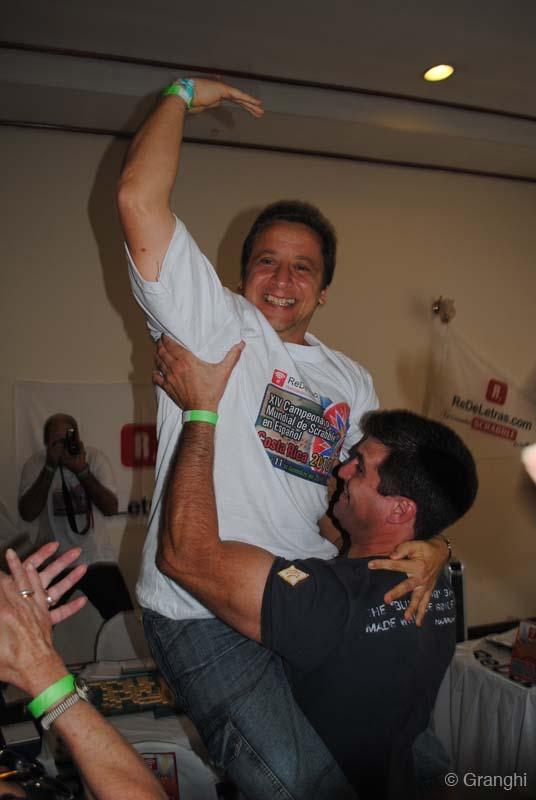 Luis Picciochi, en celebración del su segunto titulo mundial de scrabble.